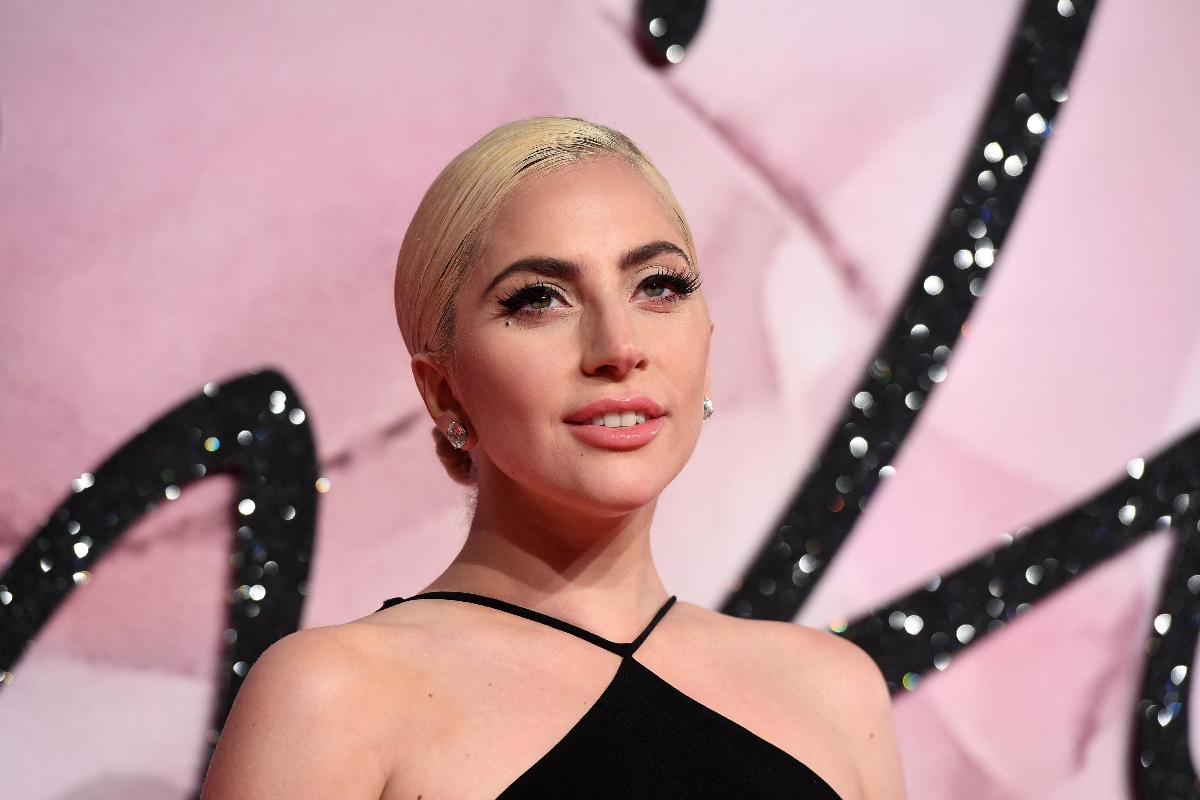 <p>Когато през март 2019 г., се завъртя клюката, че Лейди Гага е бременна, тя написа в Туитър: &bdquo;Слухове, че съм бременна? Ех, да, бременна съм с #LG6 (новият й албум)</p>
