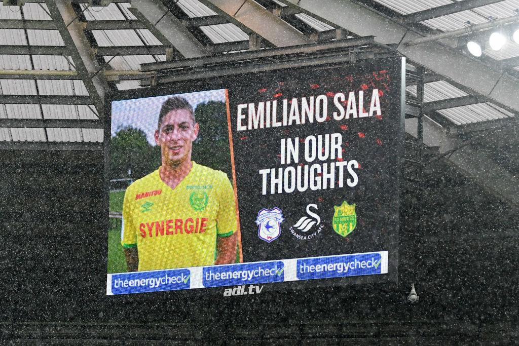 <p><b>Емилиано Сала</b></p>  <p>Аржентинският футболист Емилиано Сала почина в началото на тази година вследствие на самолетна катастрофа.</p>