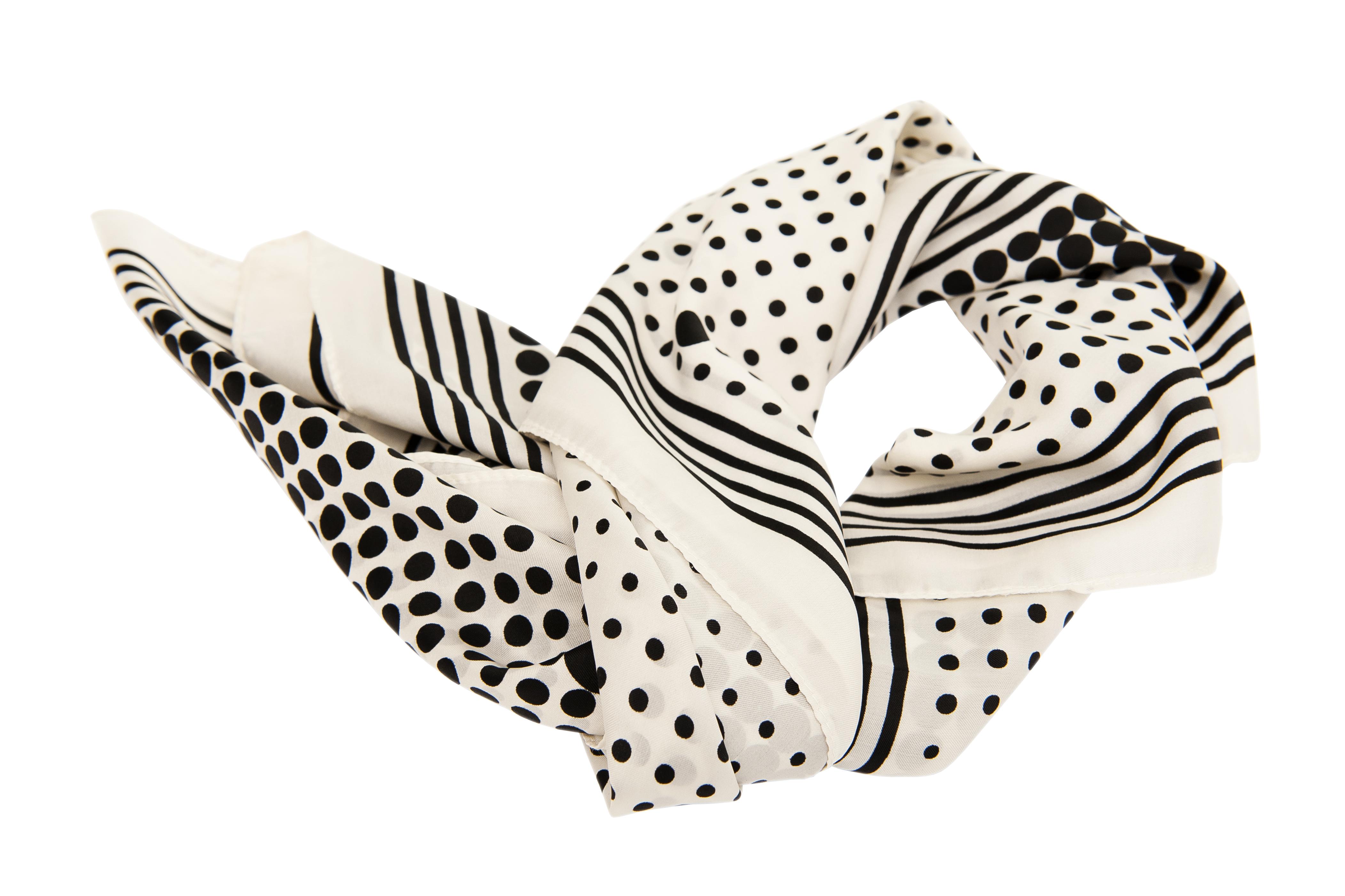 <p>Копринен шал</p>  <p>Подобен подарък може да е основен или допълнение за вашата майка. Повечето жени харесват красивите и качествени шалове, които служат по-скоро като аксесоар, отколкото като средство за справяне с лошото време. Ако подарявате подобен подарък, изберете да е в подходящи цветове за нейното облекло и да може спокойно да го използва като акцент за всеки тоалет.</p>
