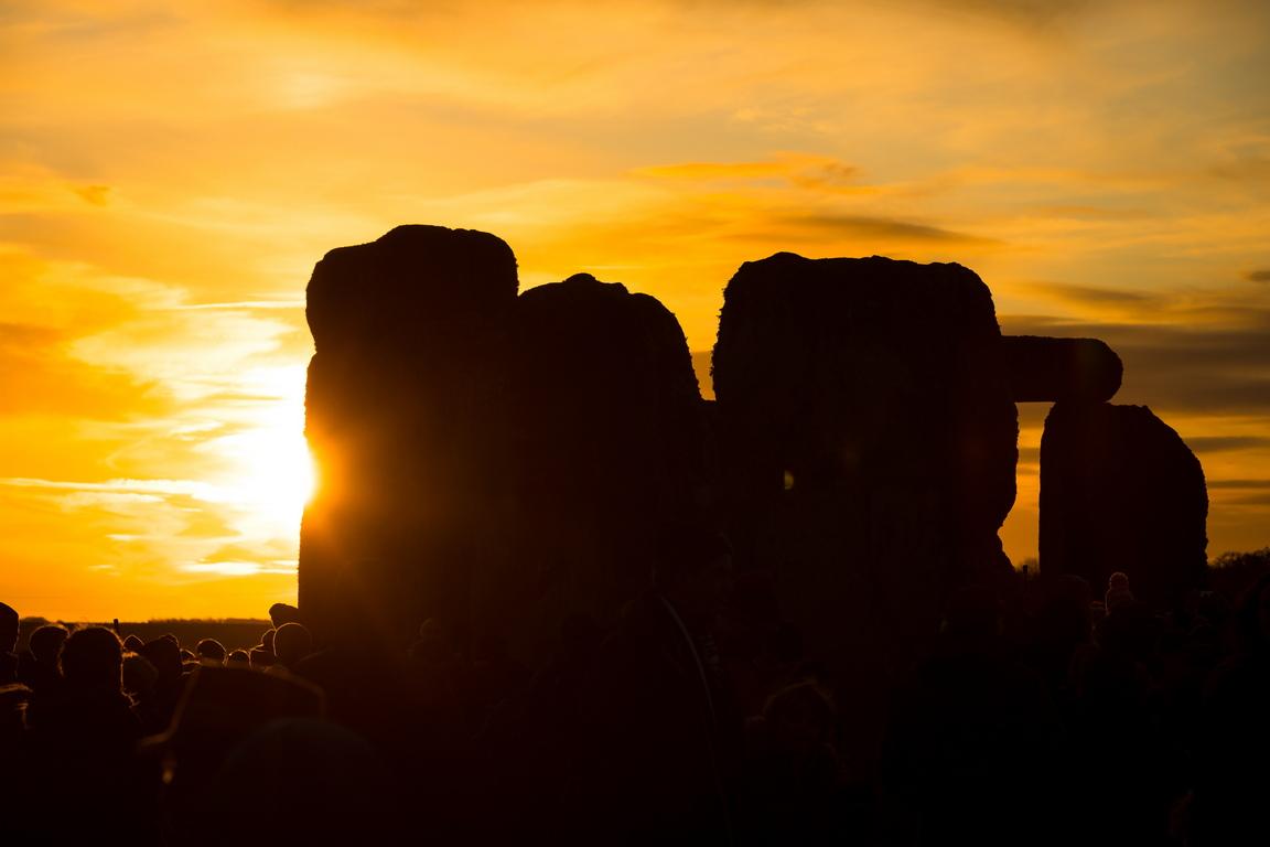 <p>Сред множеството имаше последователи на езически култове и много туристи, очаквайки появата на слънцето.</p>