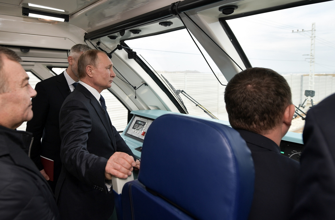 <p>Руският президент Владимир Путин пътува във влак от Керч до Таман преди церемонията по откриването на железопътната част на Кримски мост над Керченския проток.</p>
