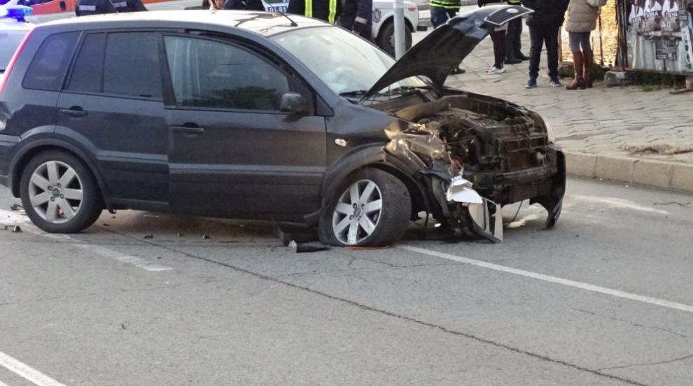 Две коли се удариха и пометоха още 4 в Благоевград