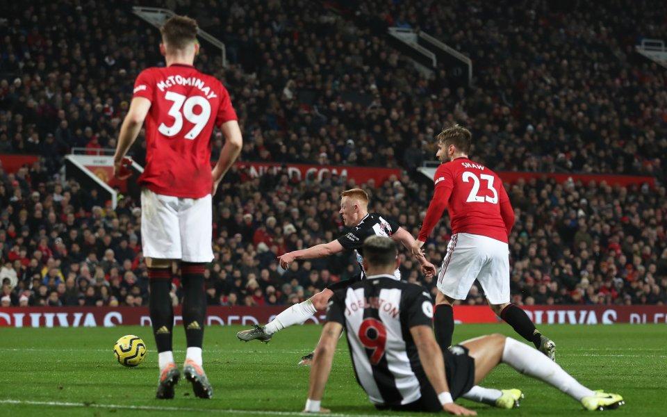 Нюкасъл води с 1:0срещуМанчестър Юнайтед в мач от 5-ия кръг