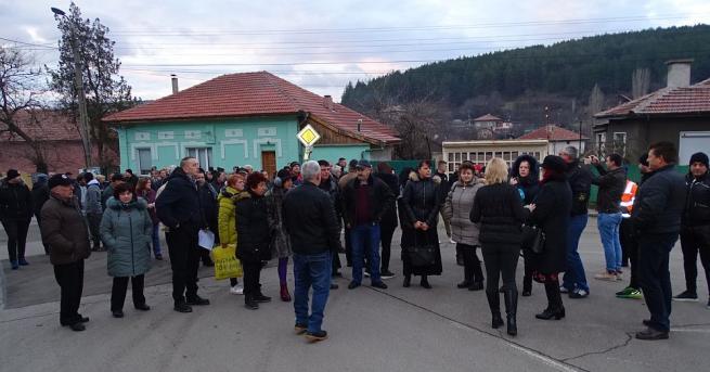Бобов дол се вдигна на протест срещу тежките камиони, извозващи