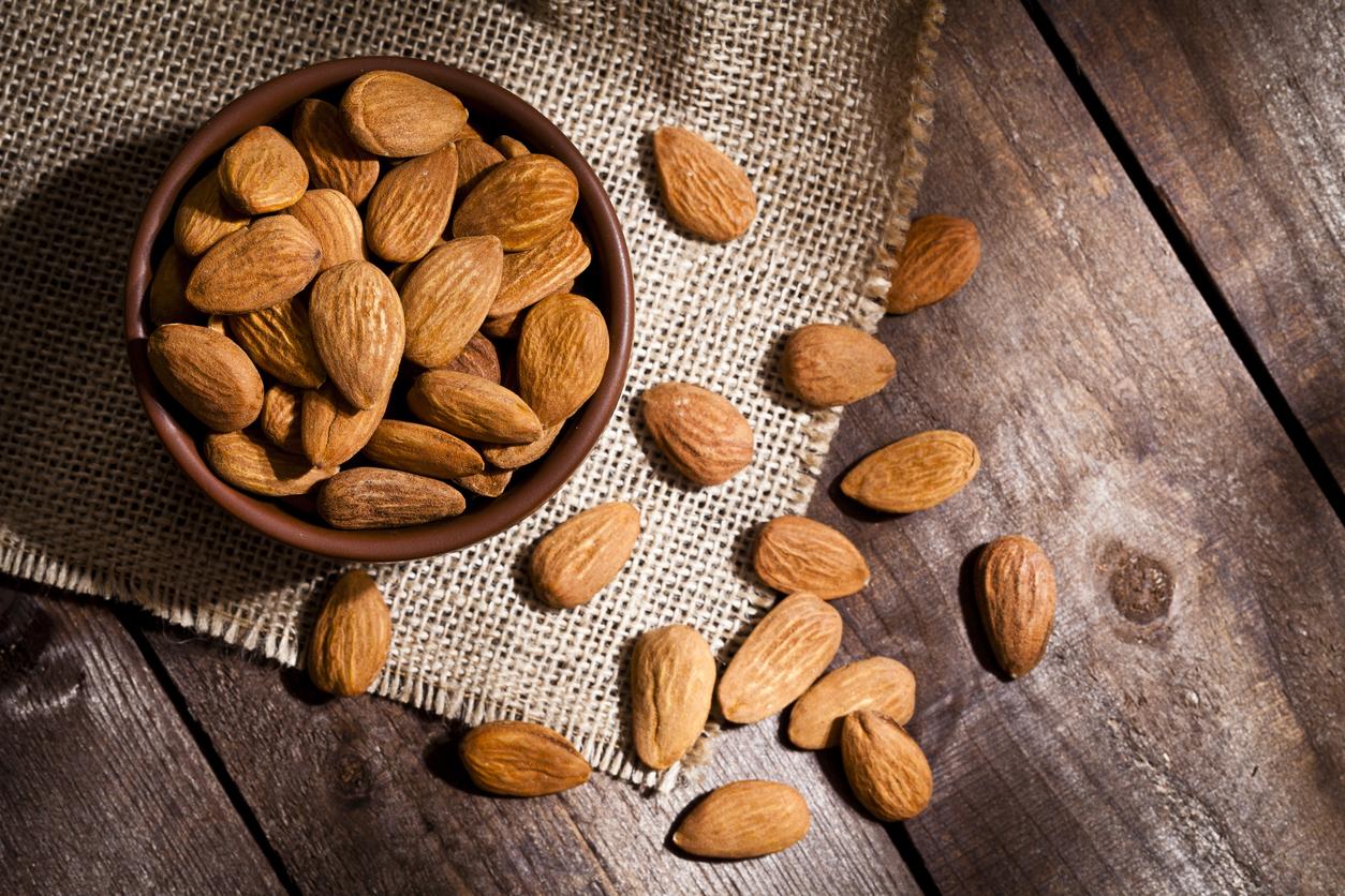 <p><strong>Бадемите</strong></p>  <p>Бадемите са богати на витамин Е, който е отлично средство за по-свежия вид на кожата, и освен това съдържат голямо количество протеин и омега 3 мастни киселини. Избягвайте да консумирате пакетираните печени бадеми, тъй като те съдържат големи количества сол, а солта е предпоставка за задържането на вода.</p>