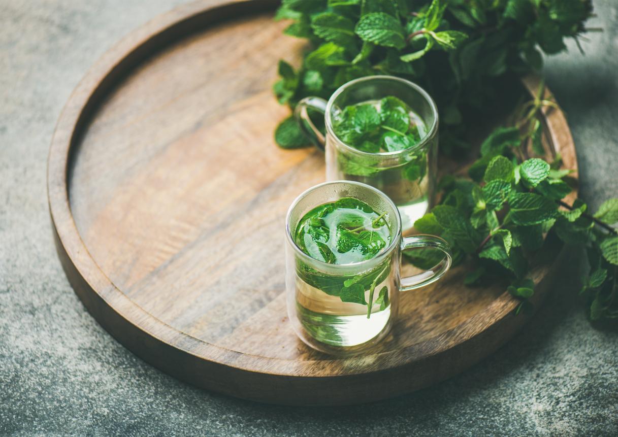 <p><strong>Чай от мента, джинджифил и лайка</strong></p>  <p>Чаят от мента, джинджифил или лайка е един от най-подходящите начини да се справите със задържаната вода и подутия корем.</p>