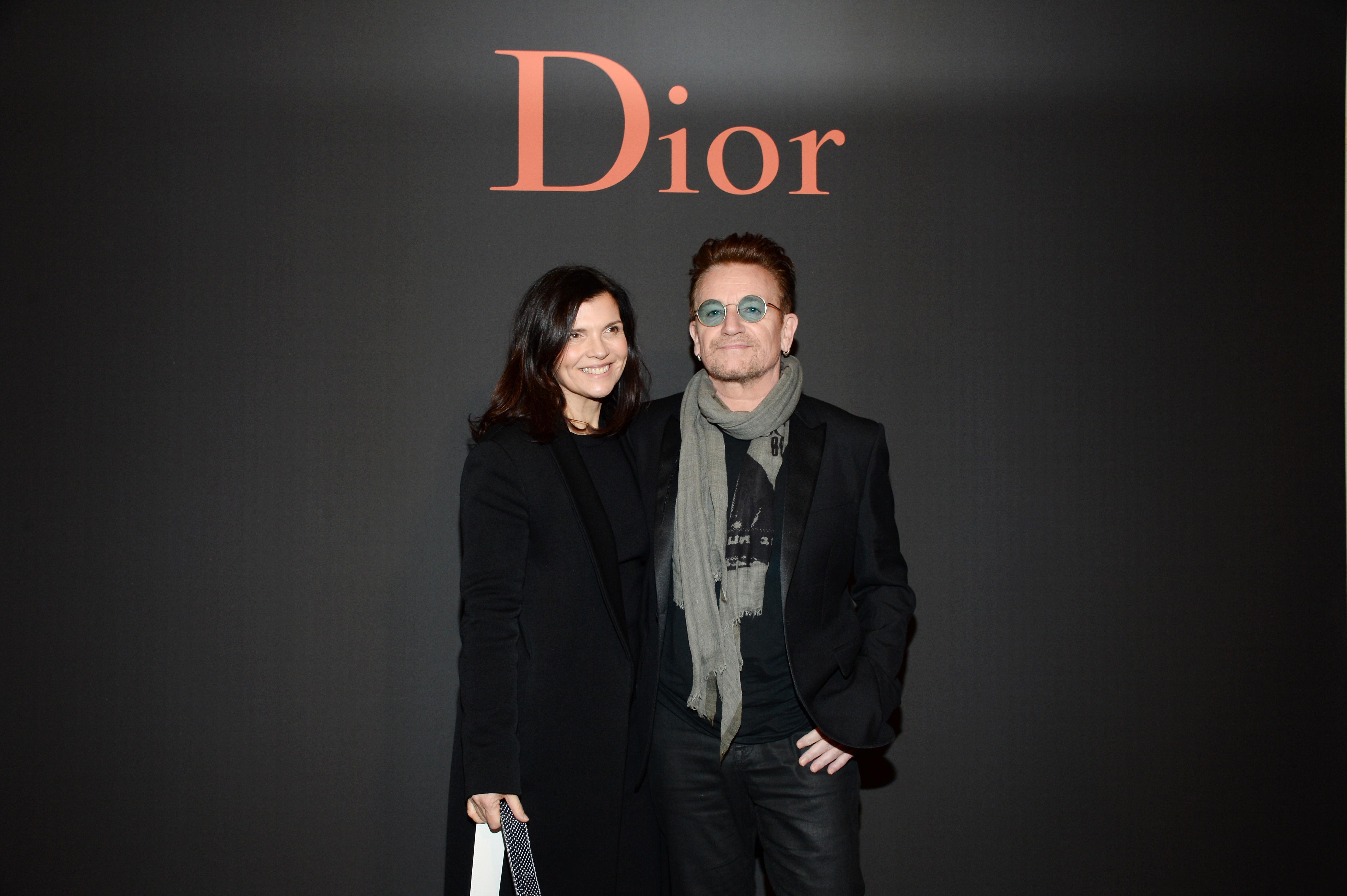 <p><strong>Боно и Али Стюарт</strong></p>  <p>Популярният певец на групата U2 се запознава с бъдещата си съпруга Али Стюарт, в училището в Дъблин, в което и двамата учат. Сключват брак на 21 август 1982 г., когато Боно е на 22, а Али на 21 години. И до днес са заедно и се радват на голямо семейство с четири деца заедно.</p>