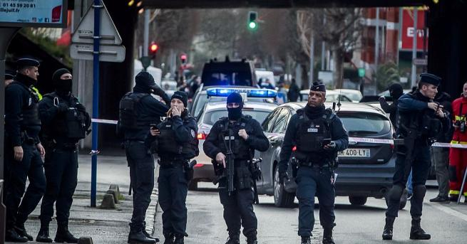 Младият мъж, нападнал с нож минувачи в парк във Вилжюиф