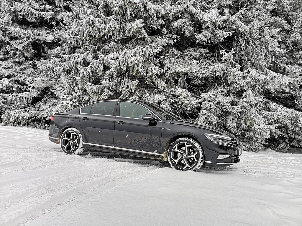 Макар все още да е на върха в своя клас, днес задачата на VW Passat е най-трудна. Причината е, че трябва да се справя с огромното множество кросоувъри. Но в конкуренцията с тях изостава само по един показател, на другите фронтове просто блести.