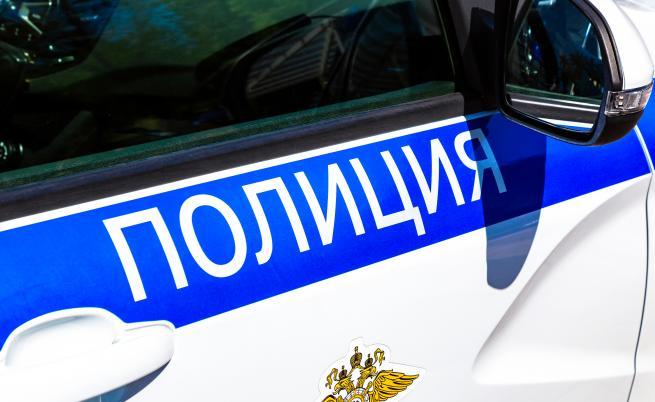 Мъж се барикадира в дома си, нападна полицаи с нож