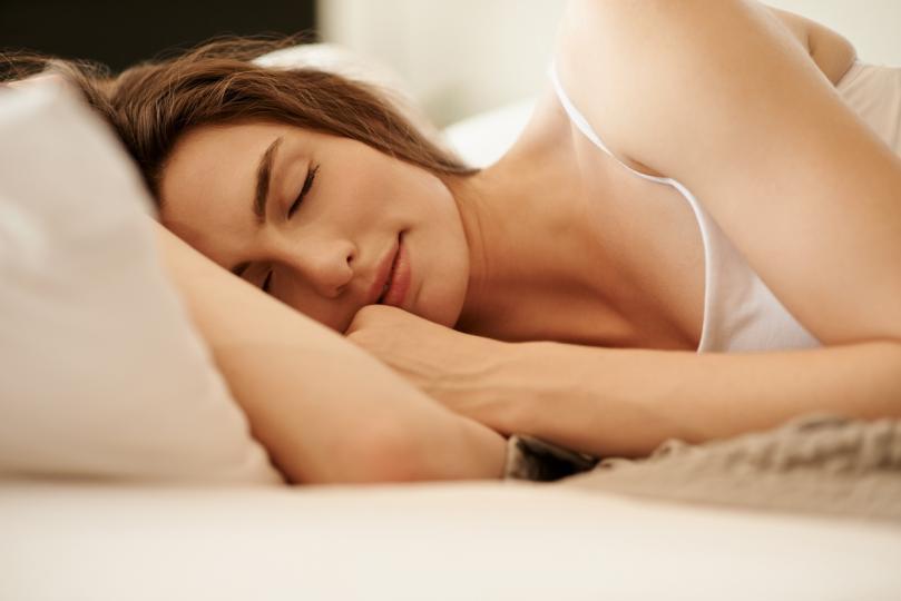 <p><b>Не заспивайте</b></p>  <p>Често изпитваме нужда да поспим след като си хапнем. Сънят непосредствено&nbsp;след хранене обаче води до киселини, хъркане и сънна апнея. Освен това по време на сън метаболизмът се забавя, което ви кара да чувствате тежест на сутринта.</p>