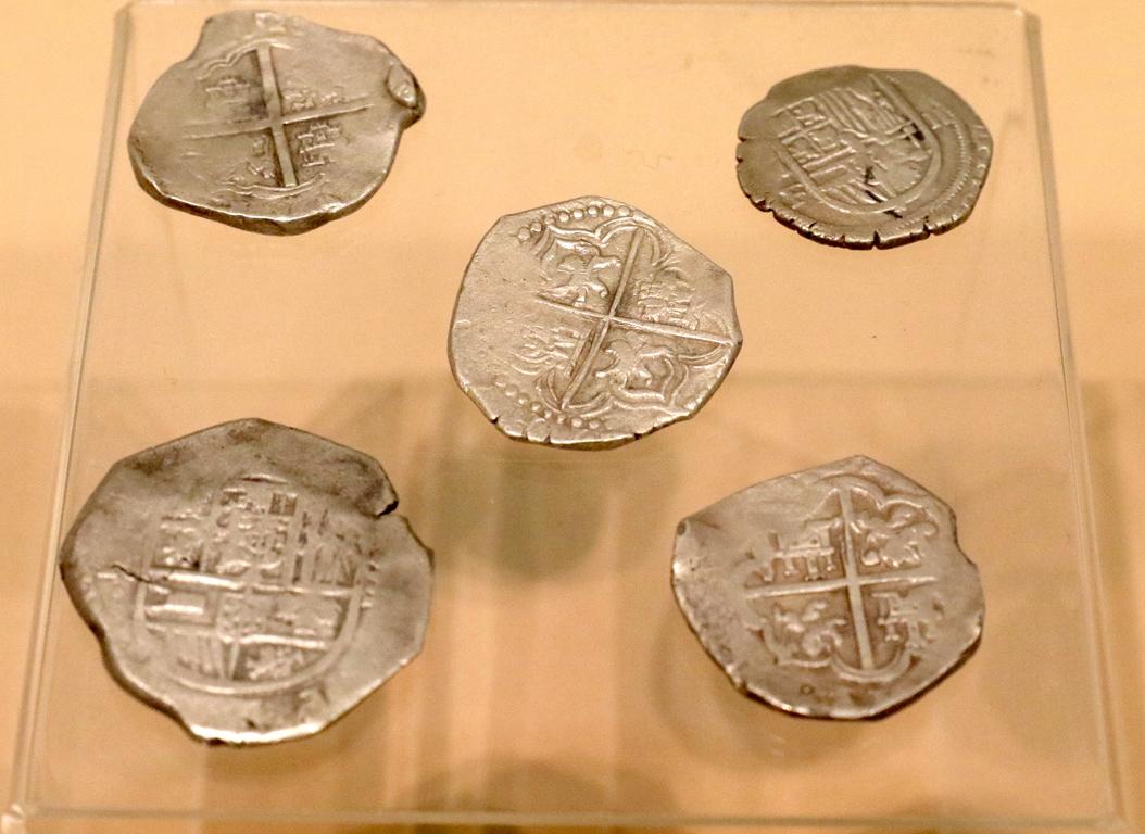 <p>Сребърни испански монети отсечени в колониите в Латинска Америка, открити в гроб 24 (началото на XVII век)</p>