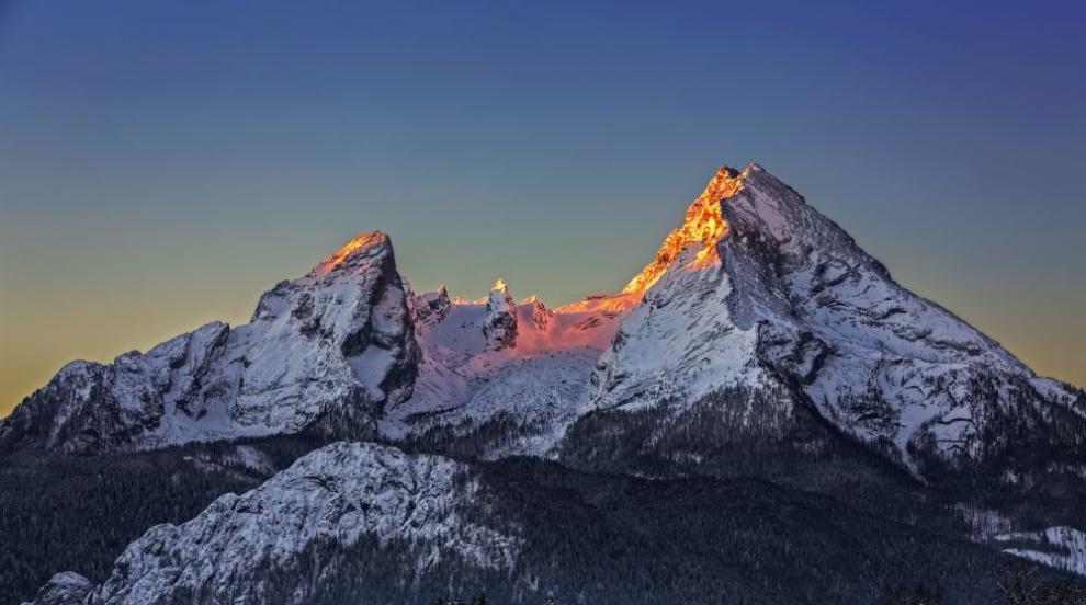 Светлинното шоу върху заснежен връх дава надежда в...