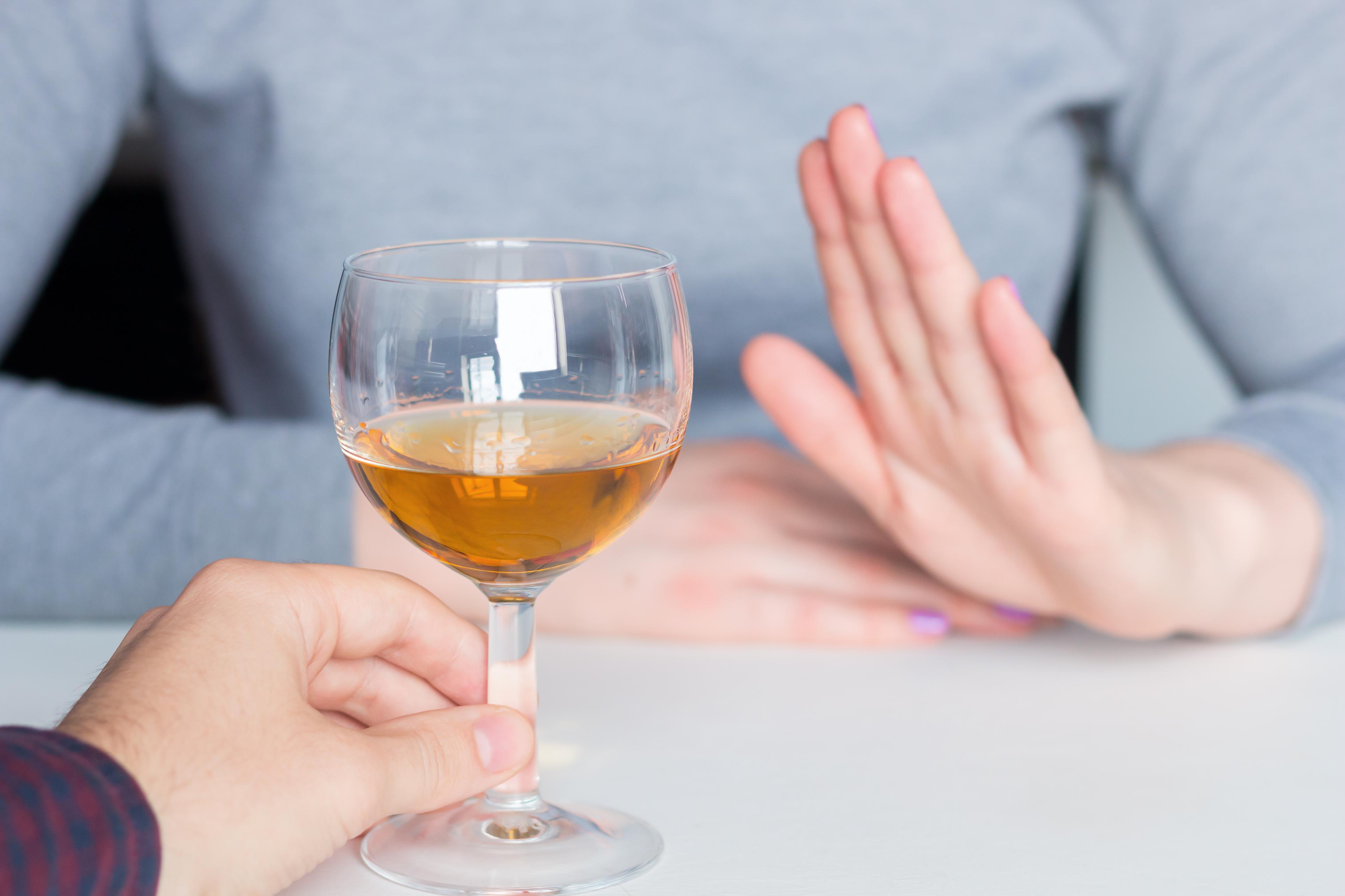 <p><strong>Алкохол</strong></p>  <p>За хората, които се страхуват да летят, пиенето на алкохол може да изглежда като начин за успокояване. На повечето хора е известно, че алкохолът силно дехидратира тялото, но знаете ли, че същото влияние има и полетът? Ако не искате да си причинявате излишенн дискомфорт избягвайте алкохола.</p>