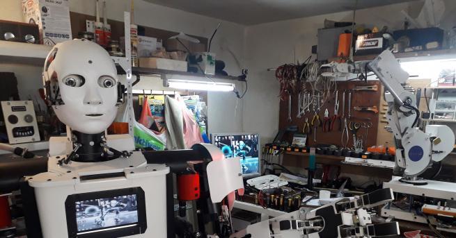 Хуманоиден робот помага на своя създател в неговата работилница в