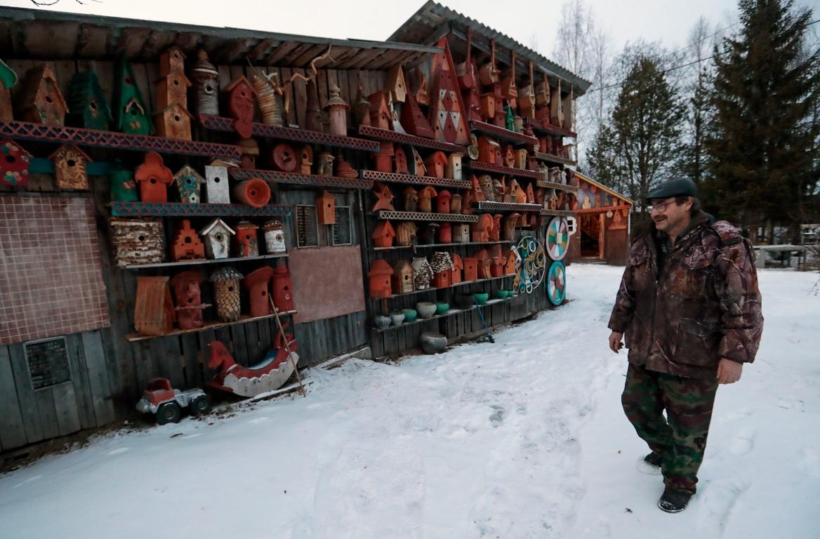 <p>Павел Кудряшов от много години има хоби да проектира и изработва хранилки за птици и къщички за птици, да събира различни стари неща, намерени в изоставените села наоколо.</p>