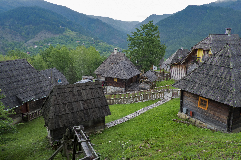 <p>Дървен град - сръбско етно село намиращо се в Мокра гора на територията на Град Ужице в Западна Сърбия.</p>