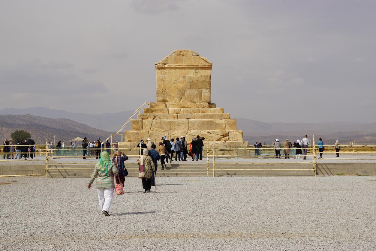 <p><strong>Пасаргад</strong></p>  <p>Това е древна столица на Кир Велики от Ахеменидската династия, основана през 6 век пр. Хр. Днес останките от града са включени в Списъка на световното културно и природно наследство на ЮНЕСКО. Там се намира и гробът на Кир Велики.&nbsp;</p>