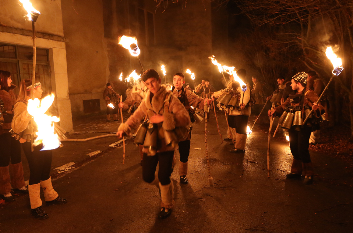 <p>В пернишките села започна народният празник &quot;Сурва&quot;. По традиция празненствата са в нощта срещу старостилния Васильовден на 13-ти срещу 14-ти януари.</p>