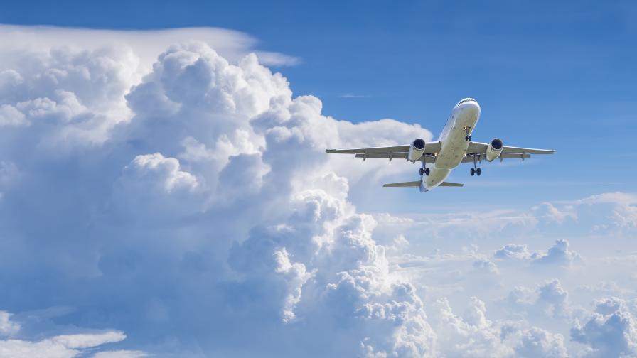 Самолет изхвърли гориво върху шест училища в САЩ