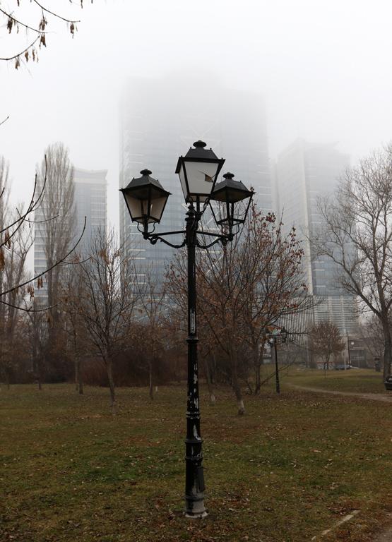 София днес осъмна покрита с мъгла и със завишени прахови частици.  Столицата ни днес е в червения сектор по замърсяване на въздуха, което означава, че има опасни вредни прахови частици.