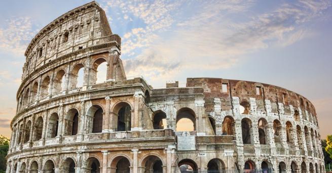 Жителите на четириетажна сграда в центъра на столицата на Италия