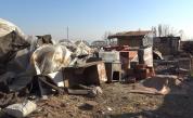 Без вода, тоалетна, баня... Роми си вдигнаха катун до сладкарски цех