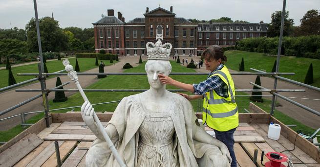 Бельо, дрехи и ботуши на британската кралица Виктория бяха продадени