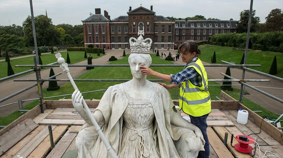 Бельо, дрехи и обувки на кралица Виктория бяха продадени на търг