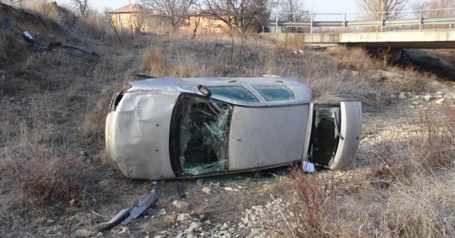 Кола излетя от пътя и падна в дере край село