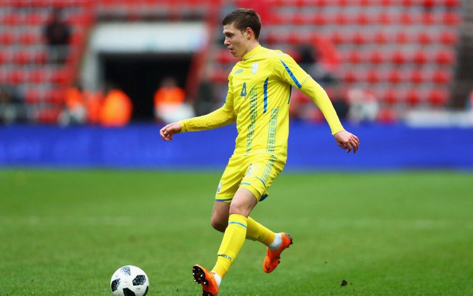 Арсенал преговаря за привличанетона защитниканаШахтьор Донецк - Микола Матвийенко. Това