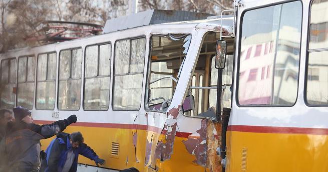 Момче е загинало при верижен сблъсък между три трамвая в