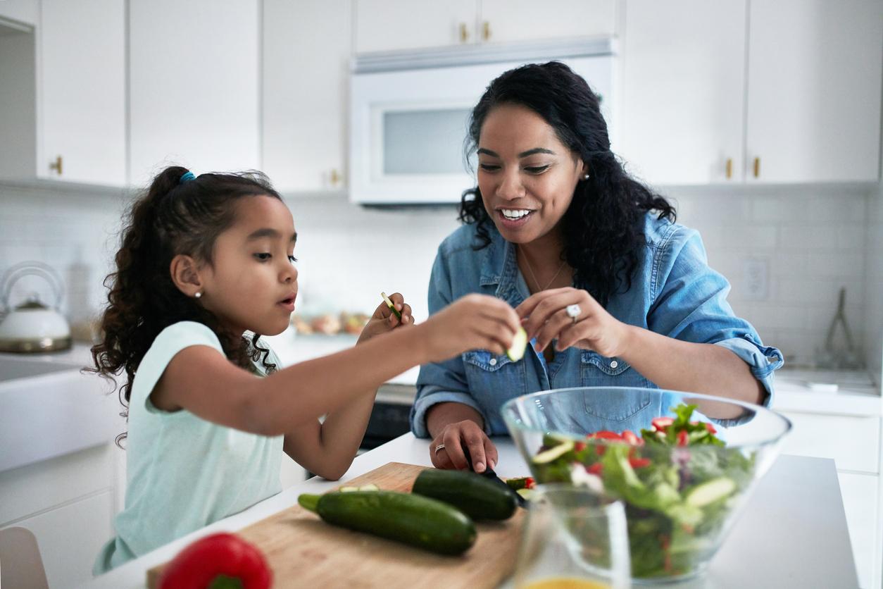 <p><strong>2. Хранете се здравословно</strong></p>  <p>Концентрирайте своя хранителен план около зеленчуци, плодове, пълнозърнести храни, бобови култури, ядки, растителни протеини, риба. Ограничете рафинираните въглехидрати, преработените меса и подсладените напитки. Гледайте етикетите на опакованите продукти, за да видите хранителната им стойност. Избирайте продукти с по-малко натрий, добавени захари и наситени&nbsp;мазнини. Избягвайте трансмазнините.</p>
