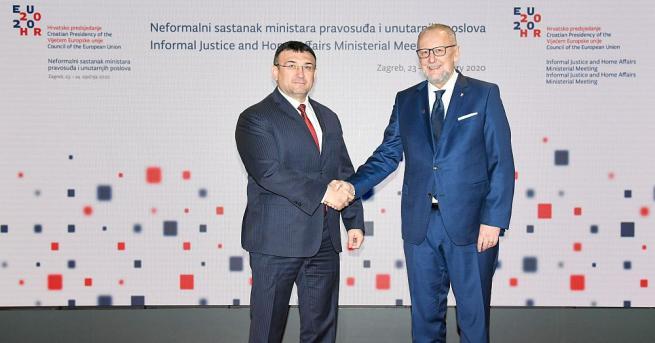 В рамките на съвета българският вътрешен министър участва в дискусия