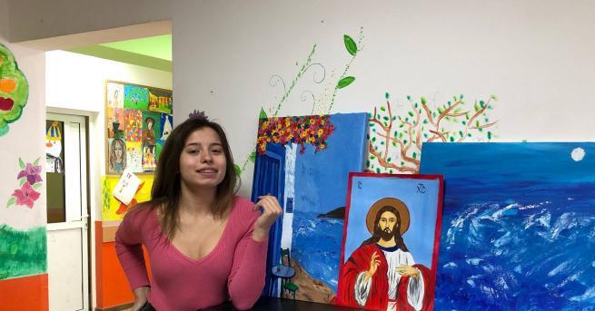 Самоука художничка рисува икони, въпреки че никога не е посещавала