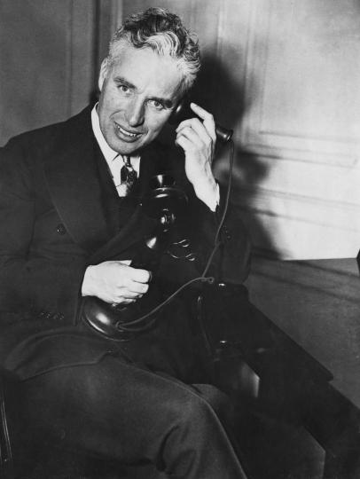 <p><b>Чарли Чаплин</b></p>  <p>Британският комедиен актьор държи почетното място за&nbsp;най-възрастен татко. Чаплин е на 73 години, когато съпругата му Уна О&#39;Нийл ражда осмото им дете Кристофър Джеймс Чаплин.</p>