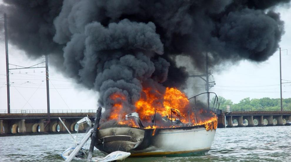 Пожар изпепели 35 лодки в САЩ и взе 8 жертви (СНИМКИ)