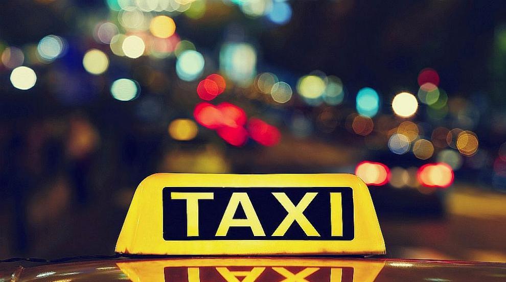 """Такси се запали след удар в трамвай на бул. """"Черни..."""