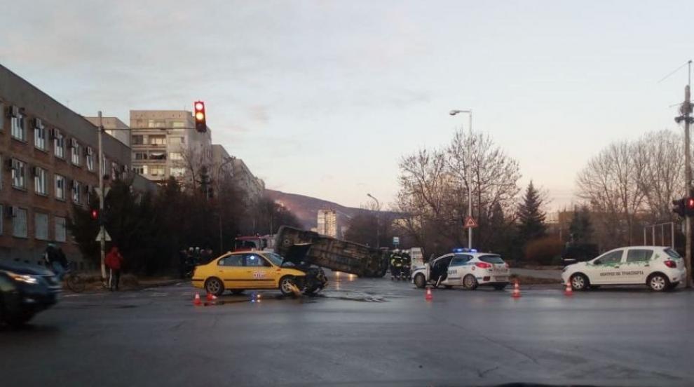 Миркобус затисна кола в София, няма тежко ранени (ВИДЕО)