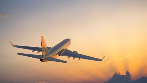 <p>Пътнически самолет с над 100 души на борда се разби в жилищен квартал</p>