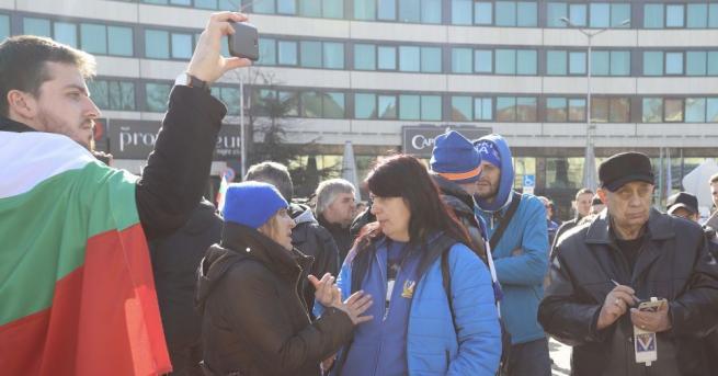 """Фенове на """"Левски"""" се събраха на протест пред парламента в"""