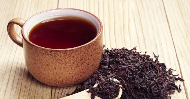 Пиенето на черен чай и червено вино и консумацията на
