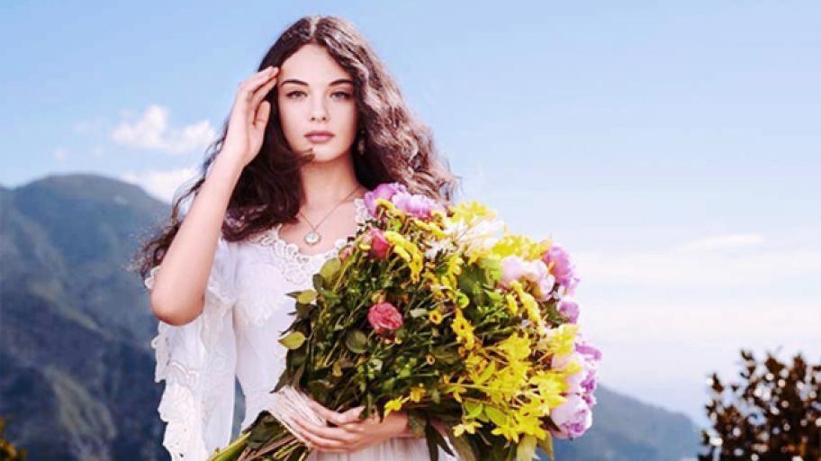16-годишната дъщеря на Моника Белучи - точно копие на красивата си майка