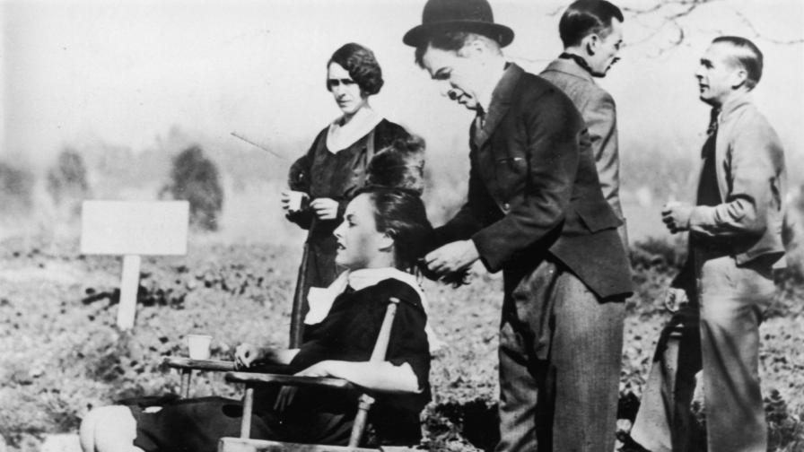 "Чарли Чаплин на снимачната площадка на ""Модерни времена"""