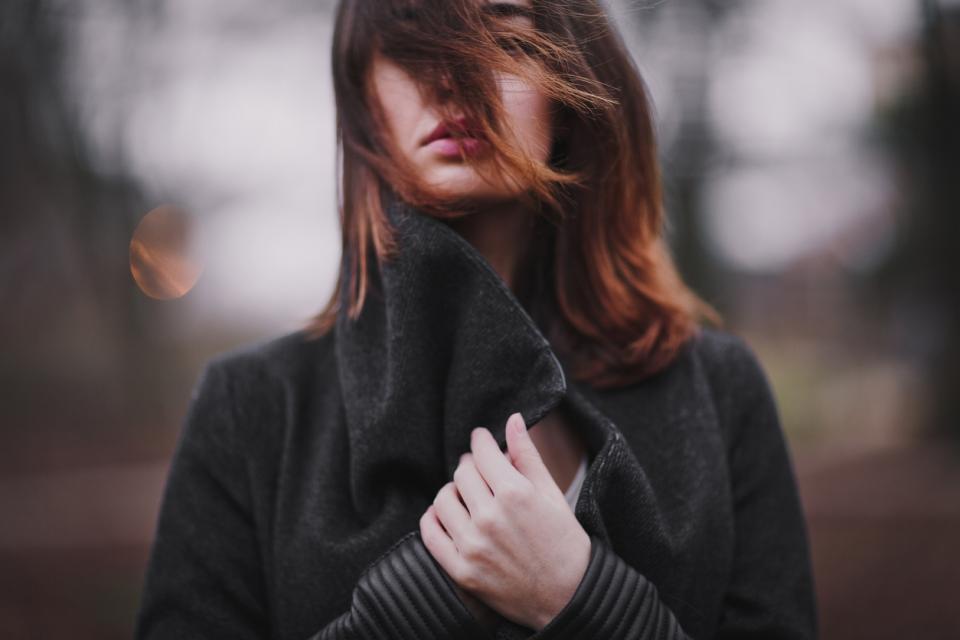 жена вятър зима