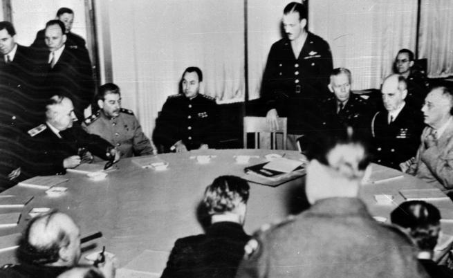 На снимките: Чърчил, Рузвелт и Сталин. Ялта, 1945