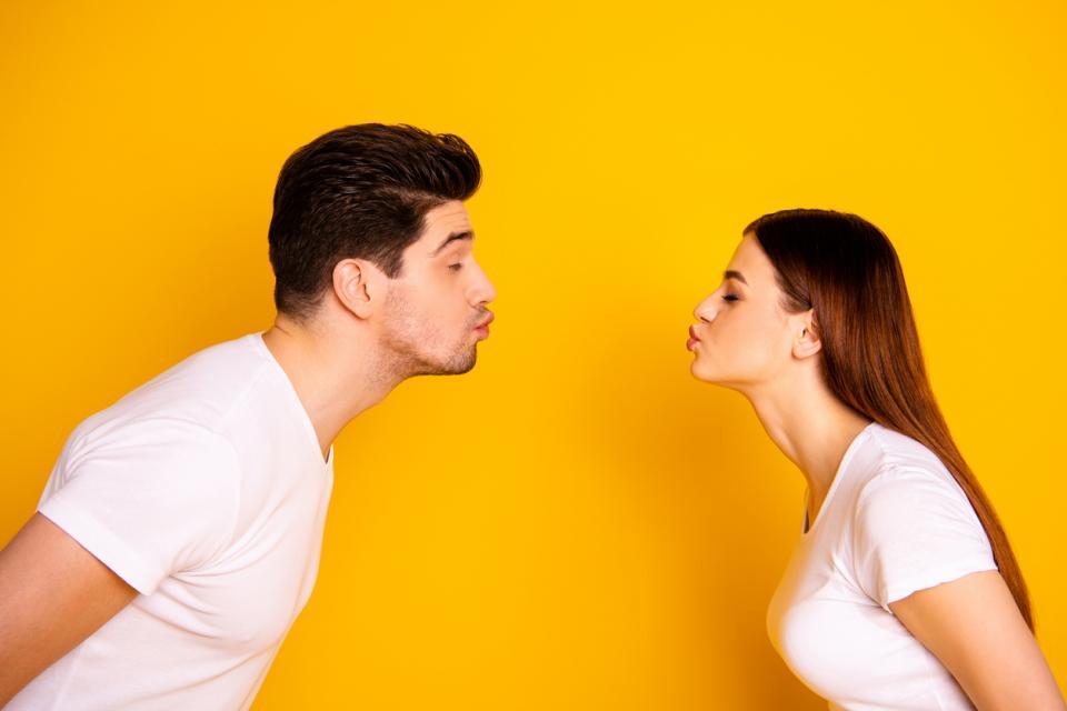 двойка любов връзка мъж жена целувка