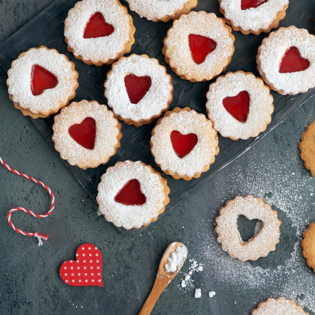<p><strong>Бисквитки с мармалад</strong></p>  <p>Като десерт към следобедния чай кралицата обича да похапва бисквитки с мармалада &ndash; любимите от детството ѝ.</p>