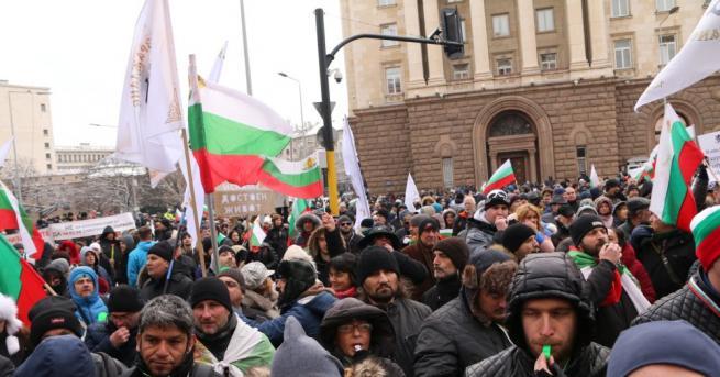 Протест с искане за оставката на правителството тръгна от парламента
