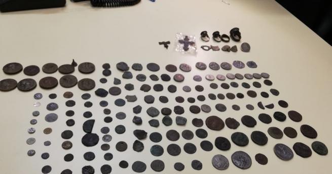 Иззеха голямо количество римски и тракийски монети, съобщиха от полицията.